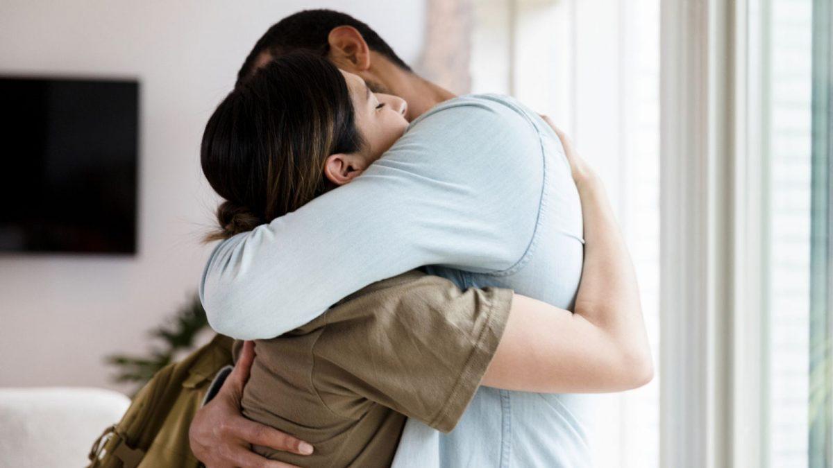 Mơ thấy mình ôm ai đó là điềm báo gì? Nên làm gì?